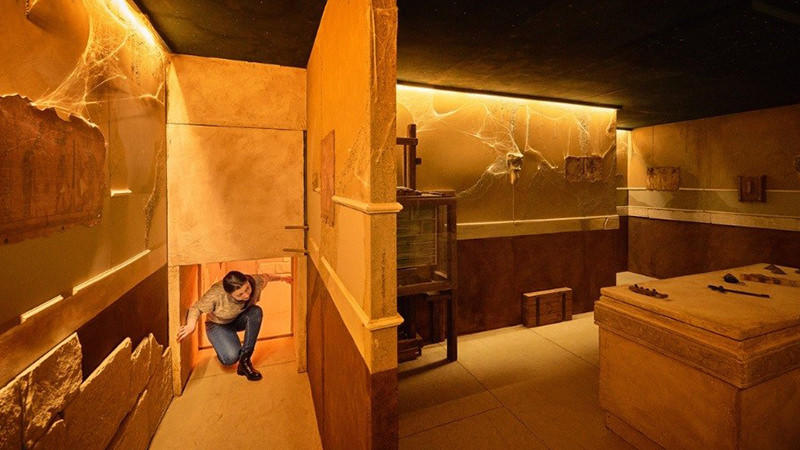 Egyptian escape room where the player has to watch out for traps.